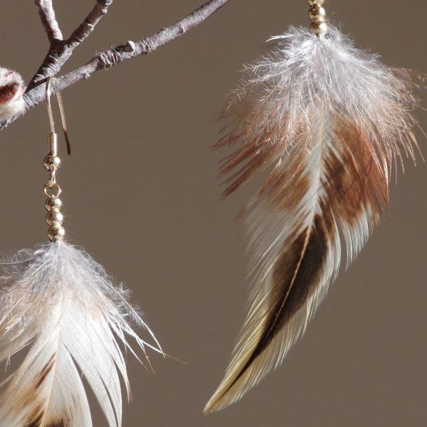 boucles d'oreilles avec des plumes duveteuses longues beige et brun à reflets verts, perles dorées