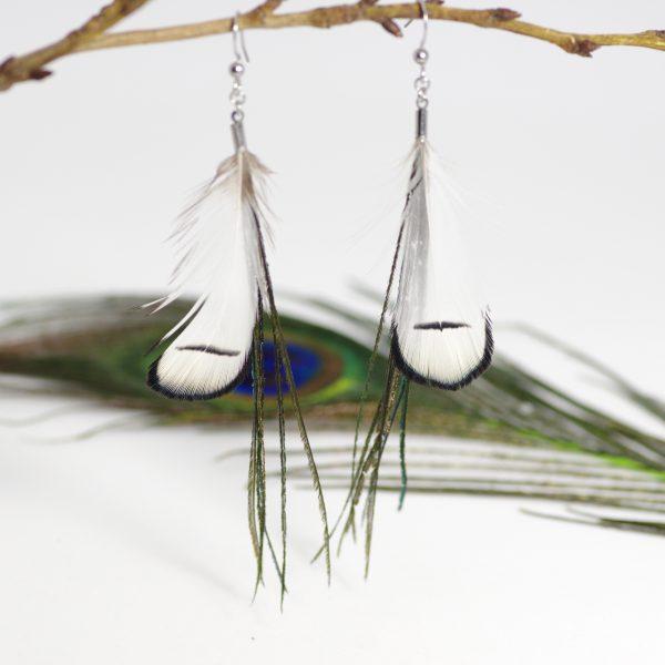Longues boucles d'oreilles noures et blanches avec de fines plumes (barbes de paon) vert foncé et des petites plumes blanches avec un liseré noir