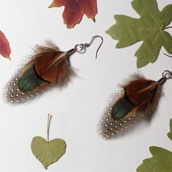 boucles d'oreilles avec trois plumes naturelles superposées, aux couleurs d'automne, marron, vert foncé, gris moucheté