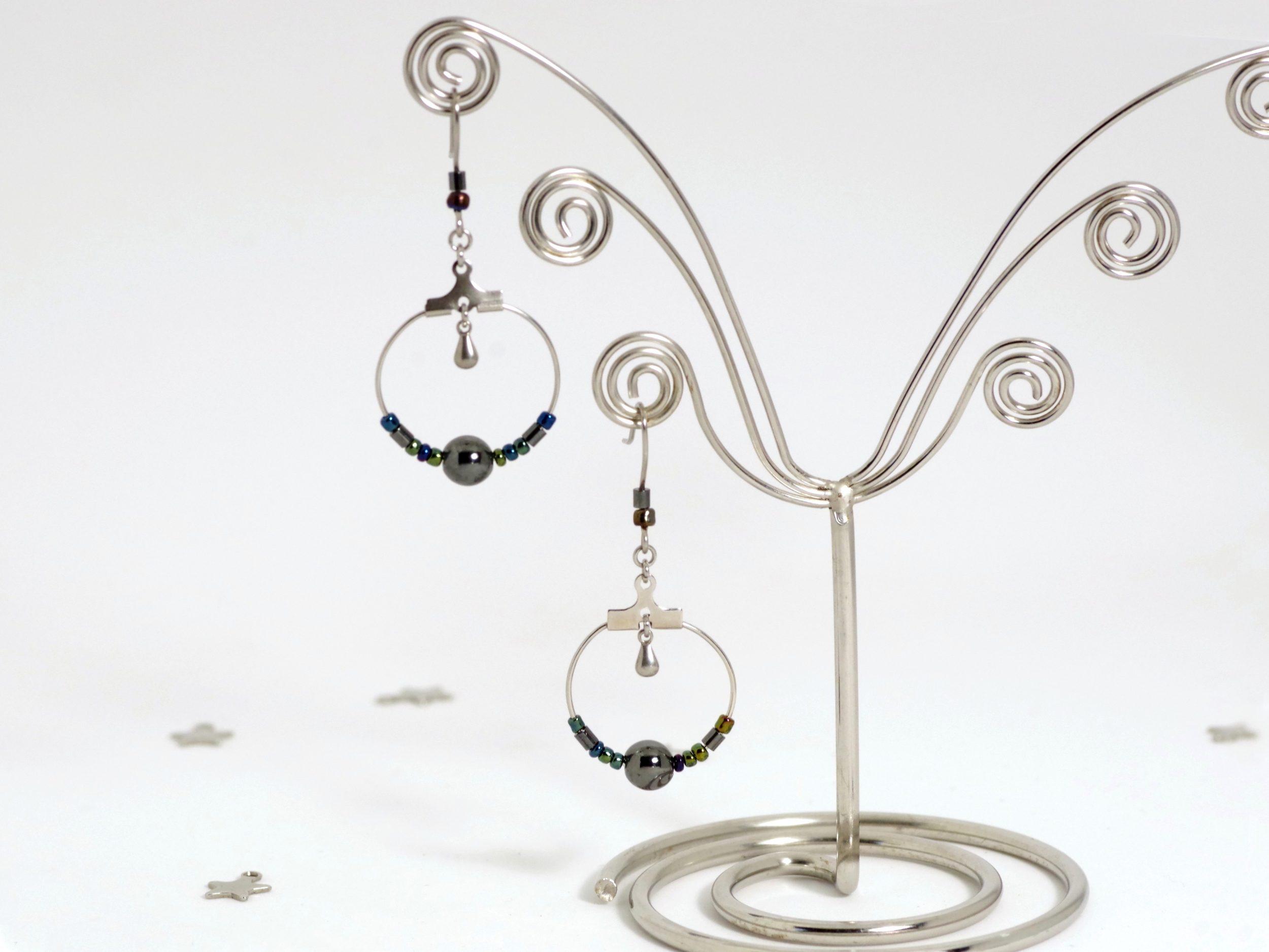 boucles d'oreilles argentées avec des perles d'hématite aux écats métalliques sur un anneau inox