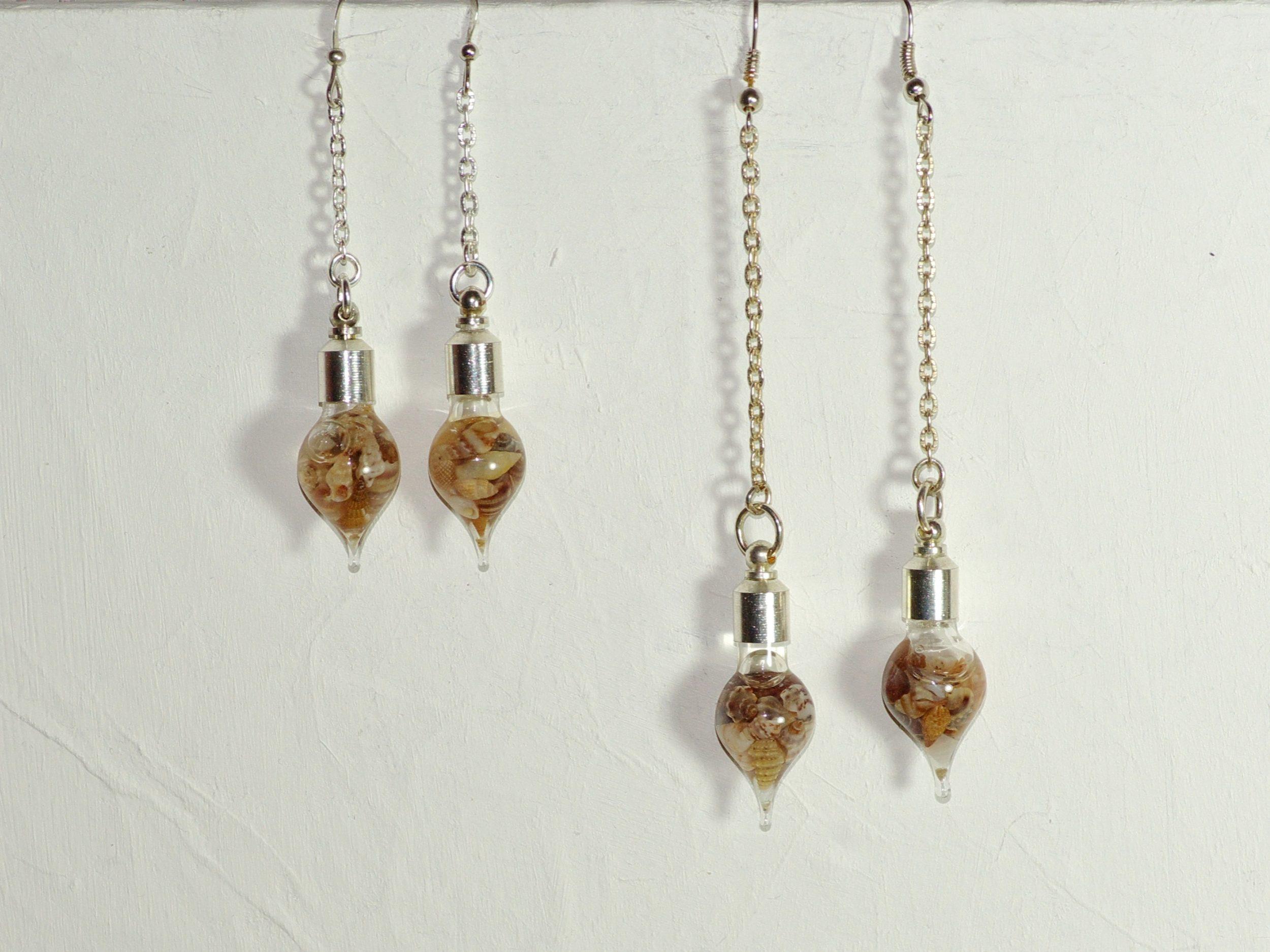 fioles gouttes de verre remplies de minuscules coquillages, chaines argentées deux longueurs au choix