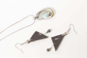 parure de bijoux collier ormeau et boucles d'oreilles liège, les matières se marient bien entre elles et les deux sont accompagnés de perles d'hématite