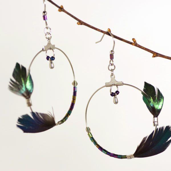 boucles d'oreilles à grand anneau asymétrique, plumes bleu-vert et perles asssorties