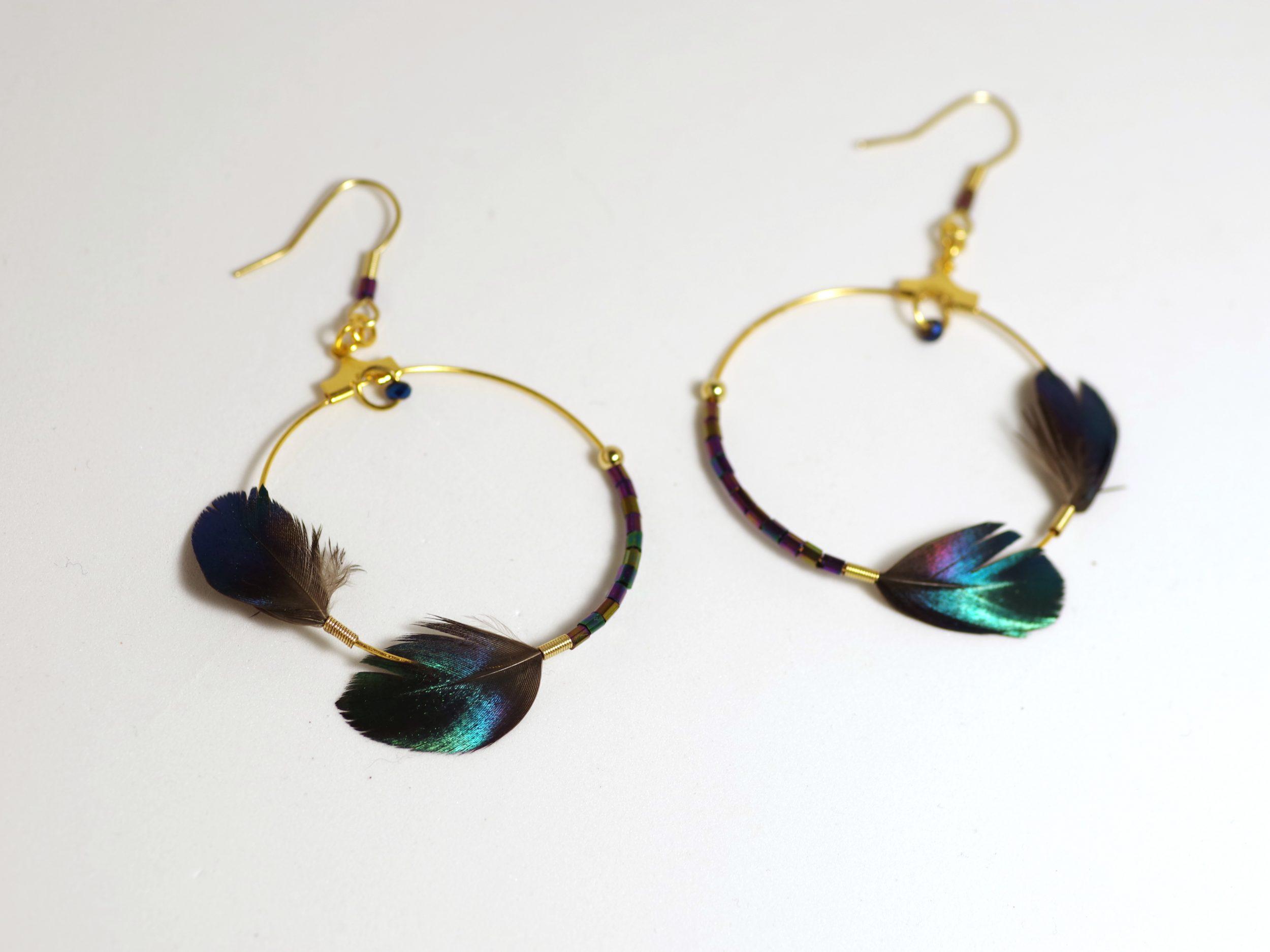 boucles d'oreilles avec un grand anneau doré asymétrique, décoré d'un côté avec deux plumes et de l'autre avec des perles de verre assorties (très petites)