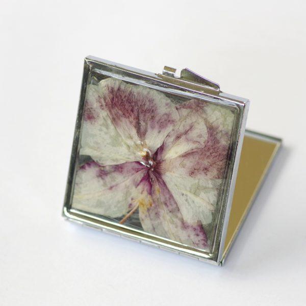 miroir de poche argenté carré, décoré d'une belle orchidée blanche et violette en inclusion