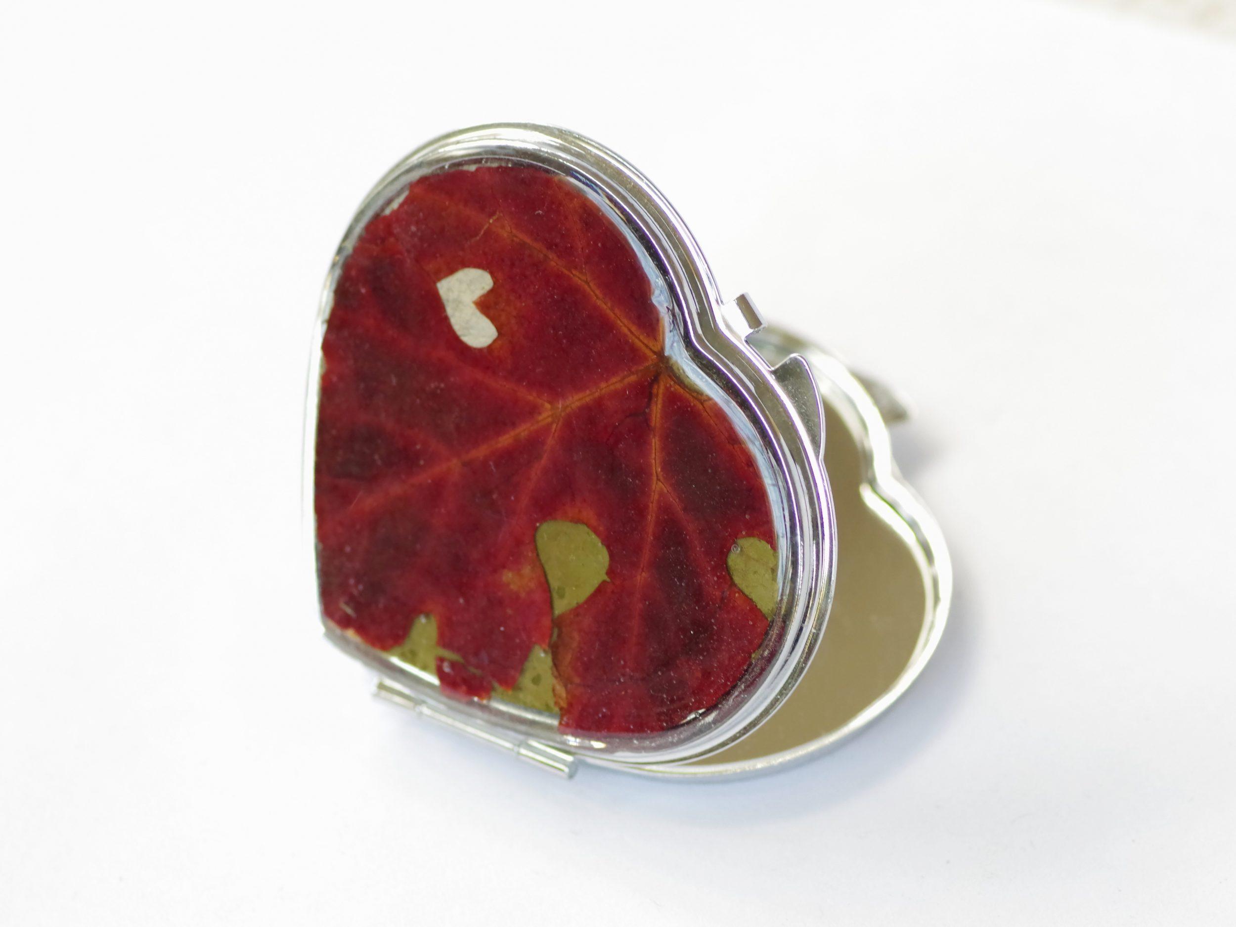 miroir de poche en forme de coeur décoré d'une très belle feuille de vigne rouge avec une petite échancrure naturelle en forme de petit coeur