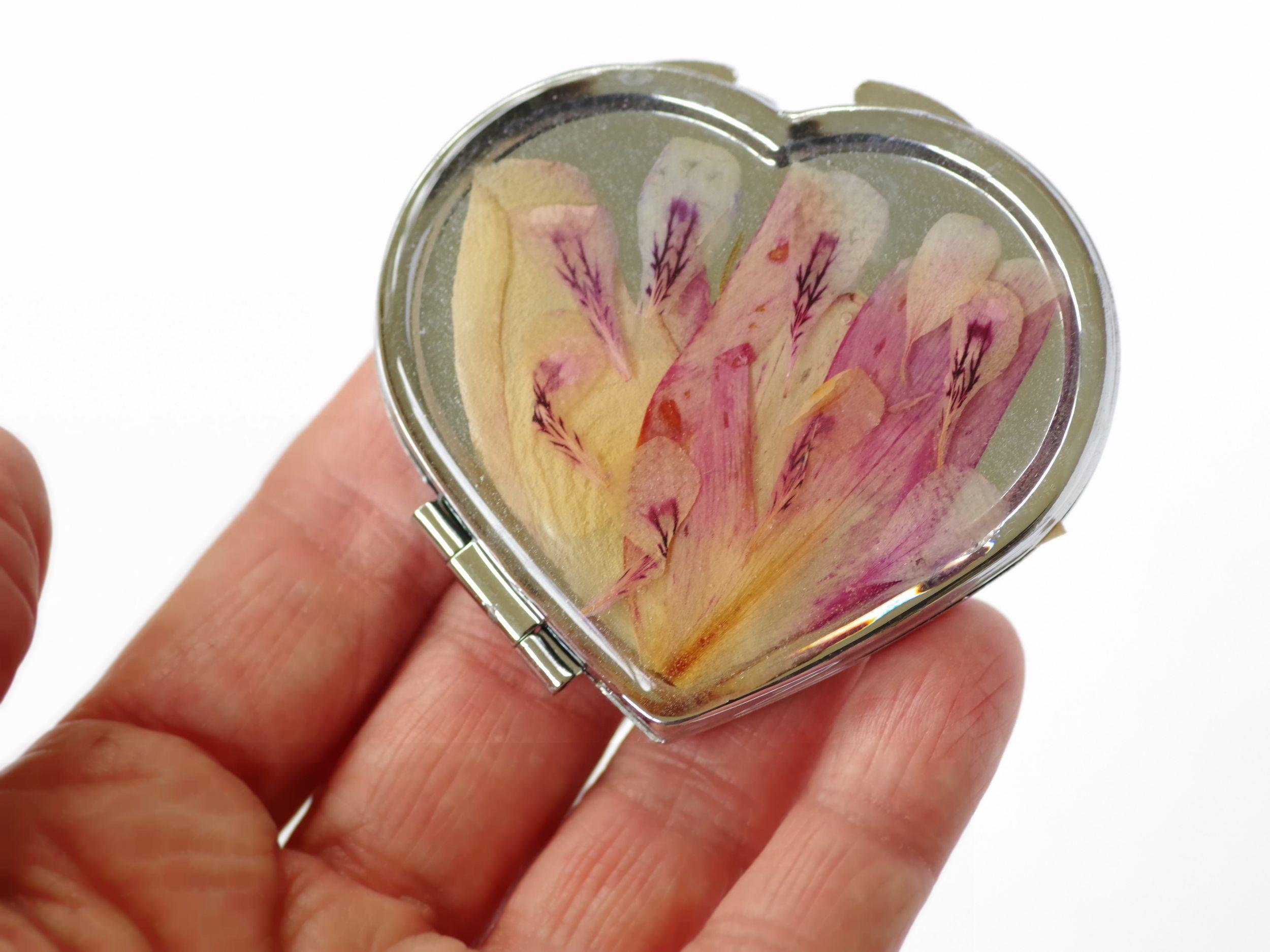 petit miroir de sac en forme de coeur décoré de pétales de fleurs roses finement graphiques