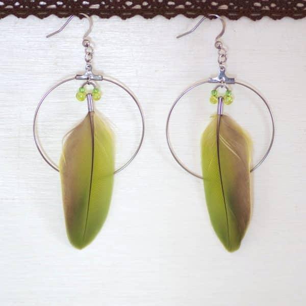 plumes vertes superposées à des anneaux dorés , accompagnées de quelquese perles de verre vertes