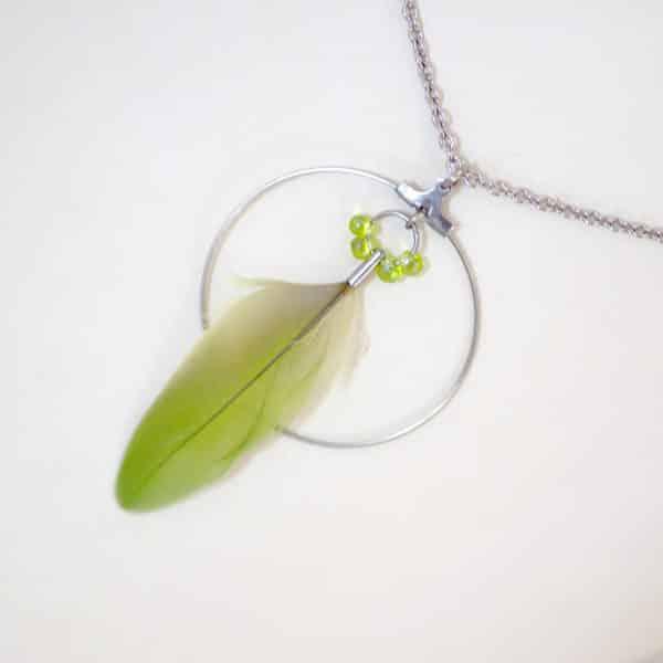 pendentif plume verte et anneau argenté, sur une chaîne argentée