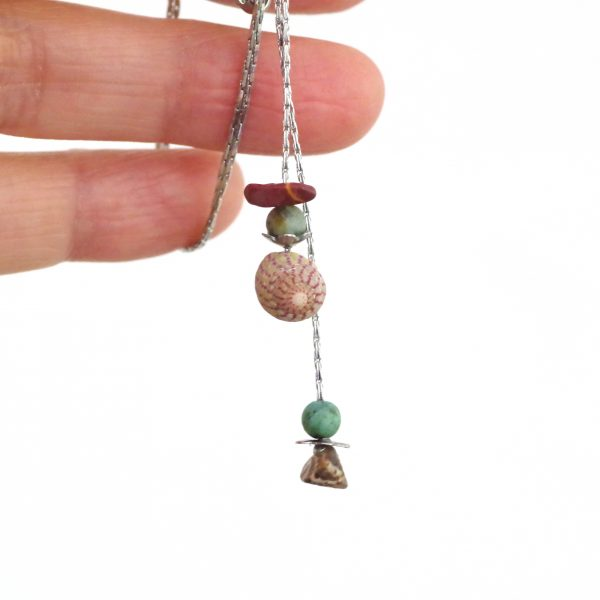 collier minimaliste en Y composé de fines chaînes en inox réunies en deux pendentifs portant quelques pierres gemmes et deux coquillages