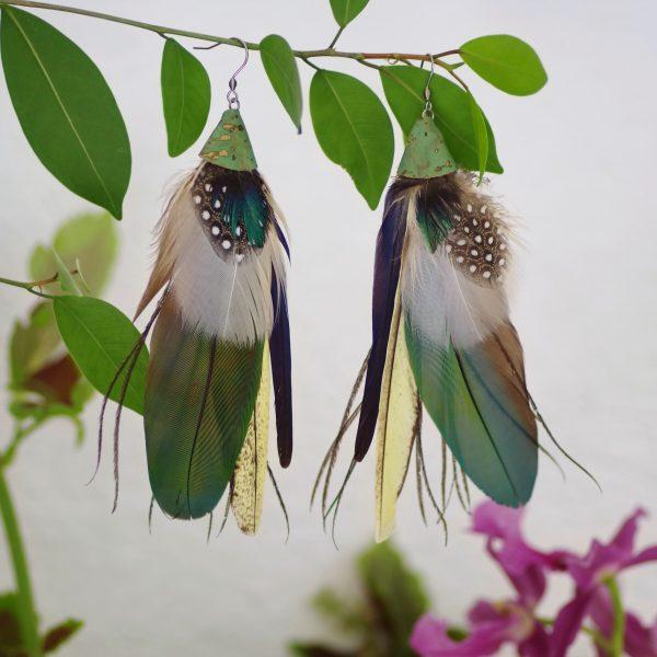 grandes boucles d'oreilles avec une composition de plumes dans des à dominante bleu-vert et blanc