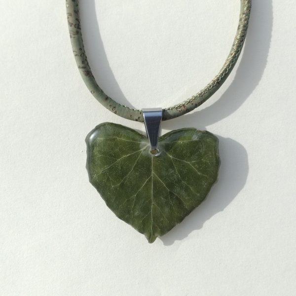 pendentif vraie feuille de lierre, feuille cœur, sur un collier en liège vert, total look végétal