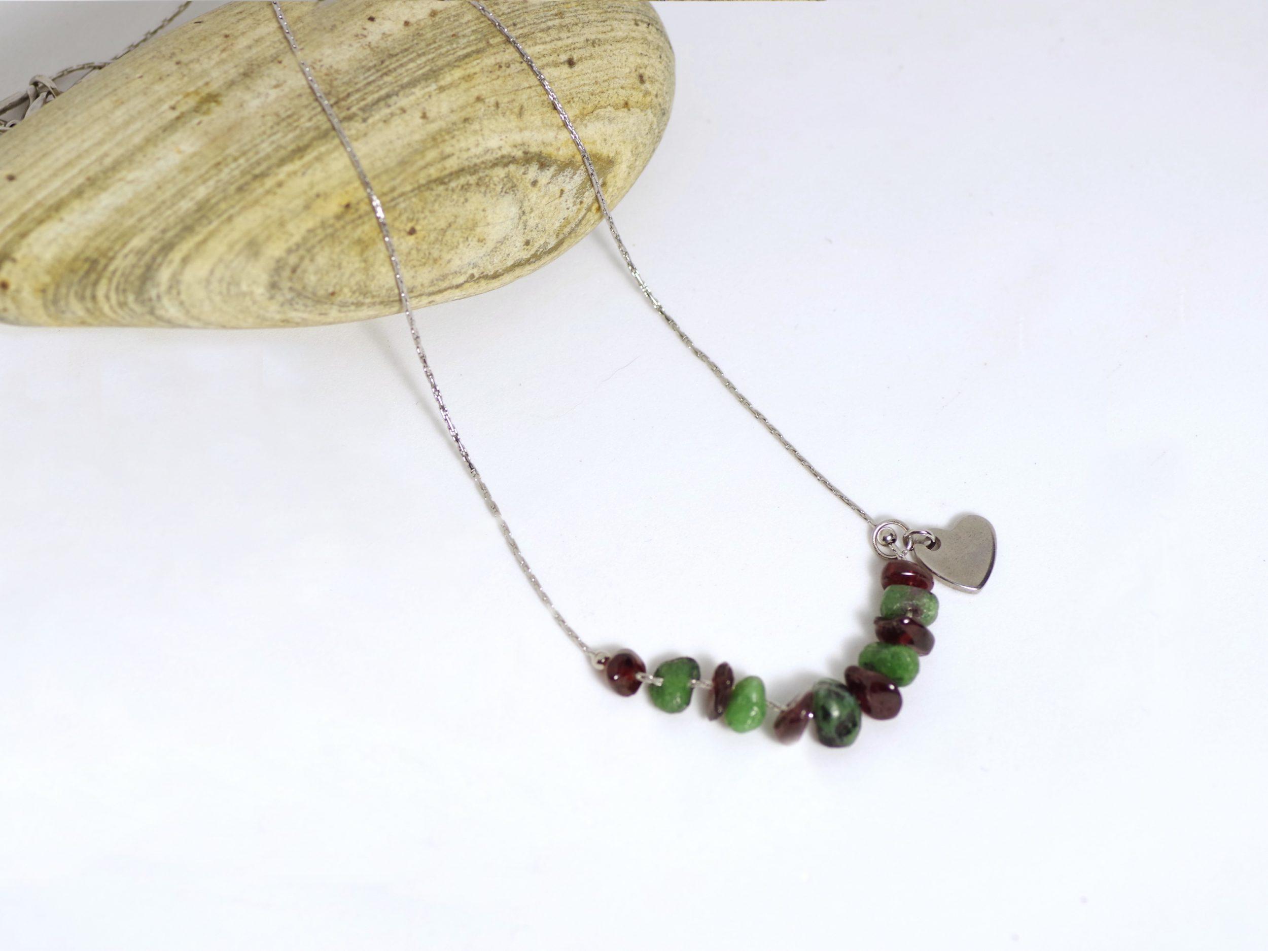 Collier chaine en inox avec des pierres rouges et vertes et un petit coeur en inox