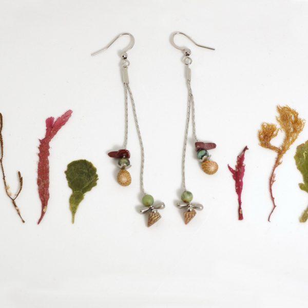 Boucles d'oreilles avec gemmes et coquillages de couleur brun brique et turquoise sur de fines chaînes en iinox, look épuré, style minimaliste