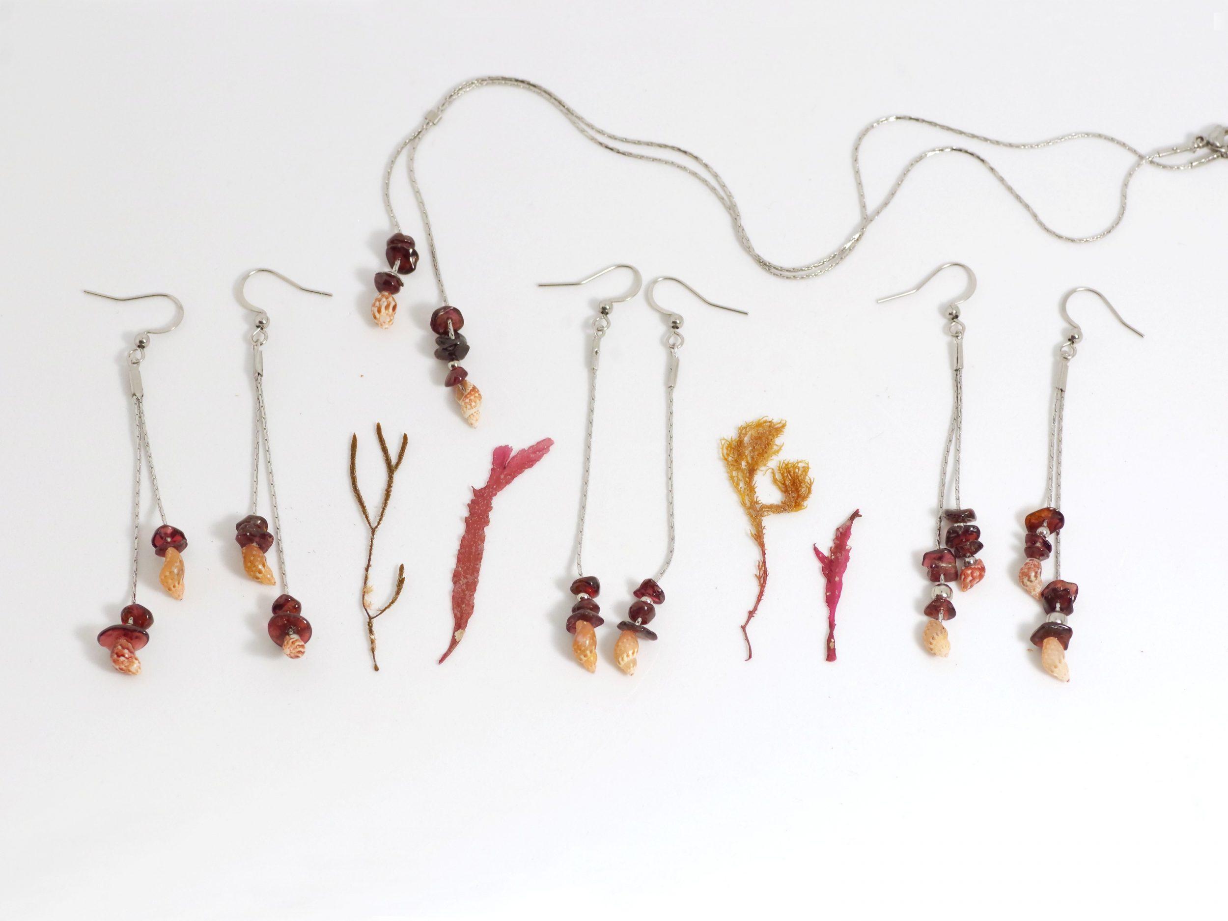 Bijoux minimalistes composés de chaînes inox et quelques coquillages et pierres gemmes, inspirés des trésors déposés par la mer sur le sable