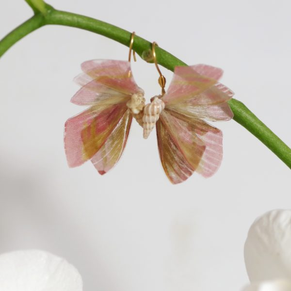 boucles d'oreilles inspirées d'ailes de papillons, mais en déviant vers une créature fantasteique ; nombrueses ailes en éventail sortant d'un coquillage.