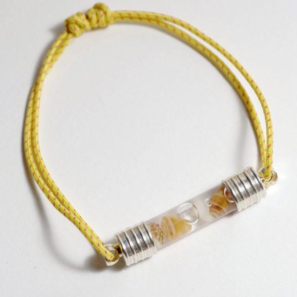 bracelet réglable en cordelette marine jaune orangé avec un tube de verre rempli de macrocoquillages