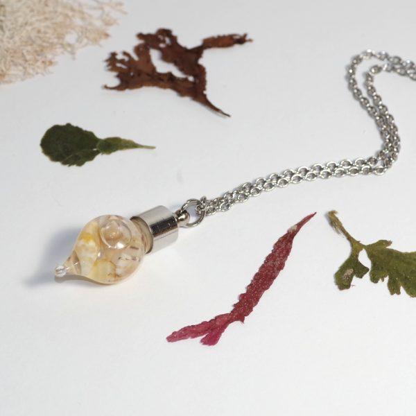 collier réglable, chaîne en inox, pendentif fiole en forme de goutte remplie de mini coquillages jaunes