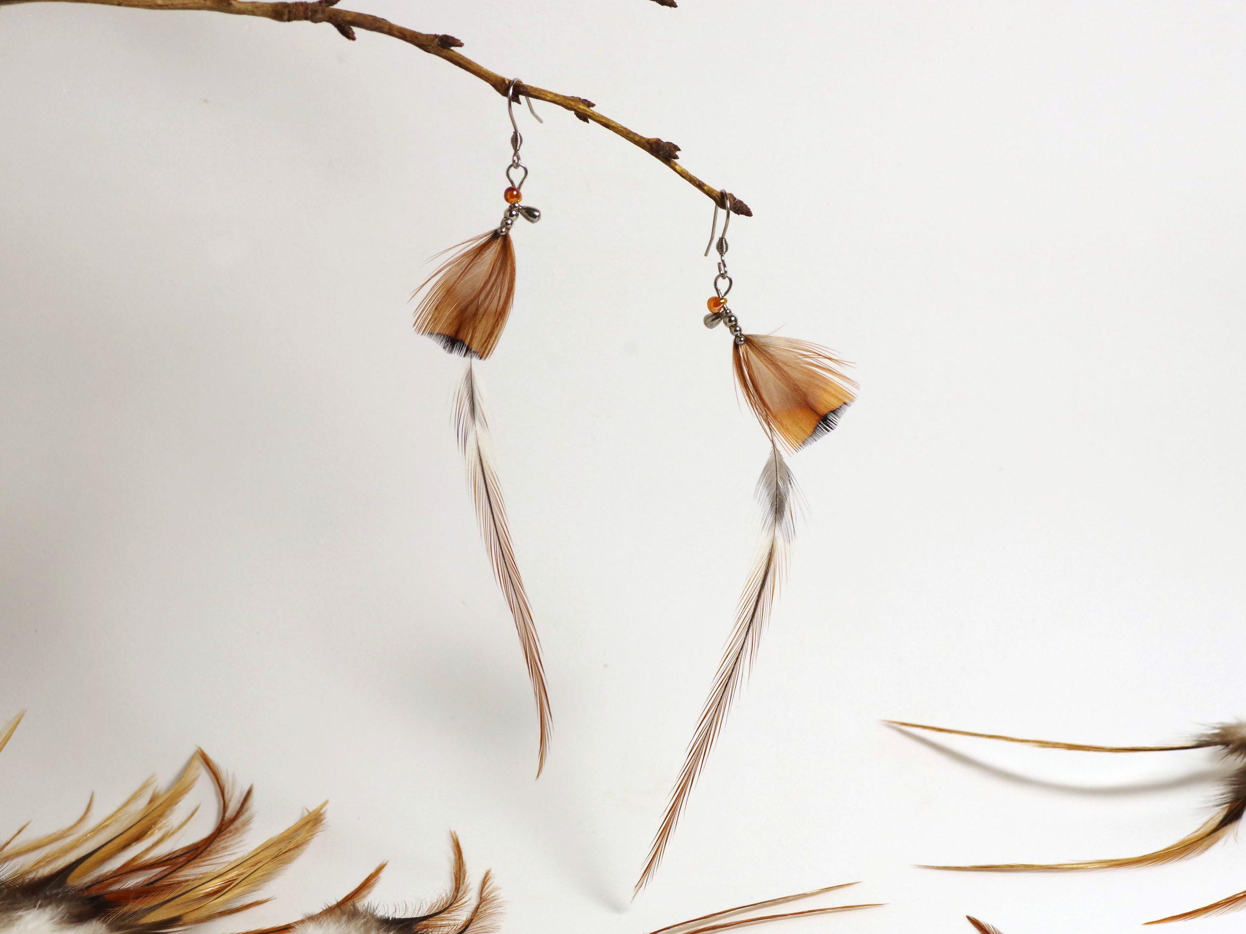 boucles d'oreilles autx très longues et fines plumes marron