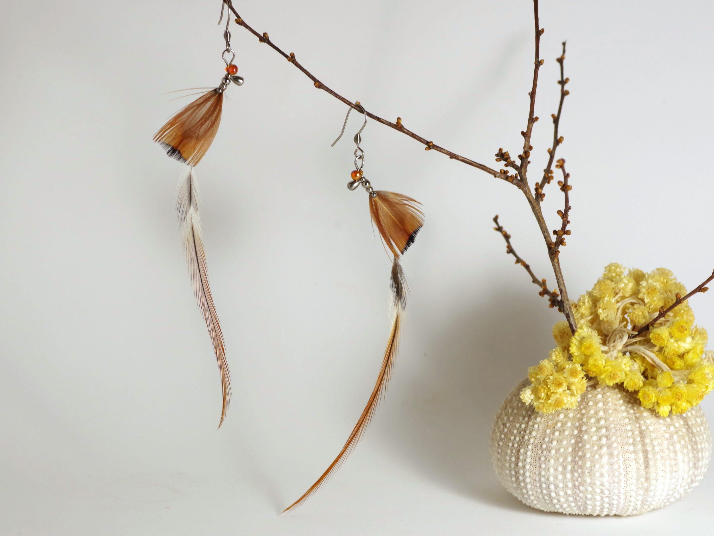 longues boucles d'oreiles plumes gracieusement courbées, plumes longues et fines, composition dansante