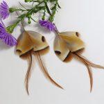 boucles d'oreilles en forme de papillon beige, gris et marron. Plumes longues eteffilées et plumes courtes graphiques