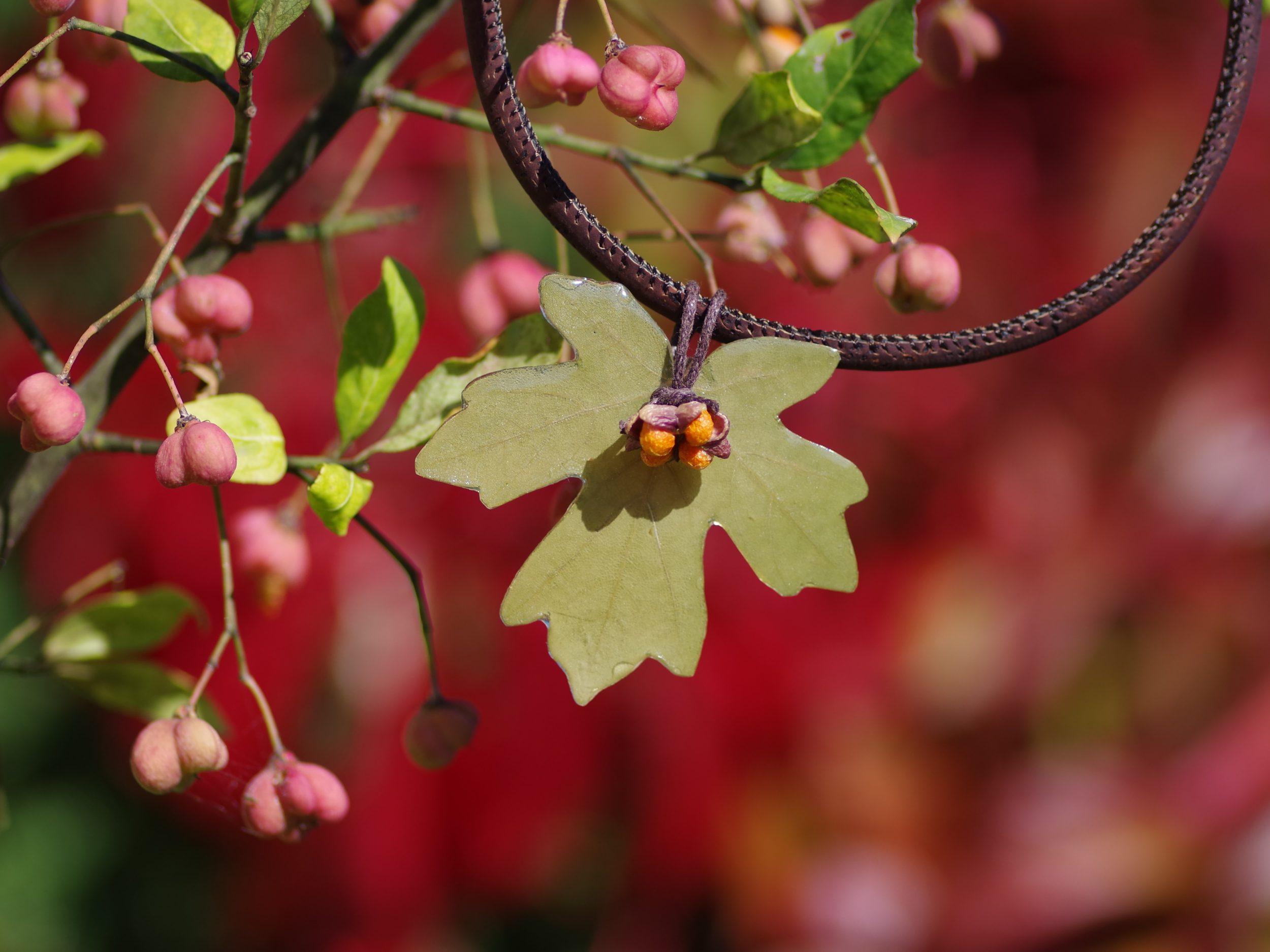 collier liège avec double pendentif feuille d'érable vert et fruit de fusain orange