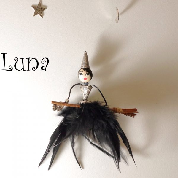 mobile sorcière, gentille et jolie sorciere à jupe de plumes sur un balai, suspendue à un bois flotté avec étoile, lune et chouette
